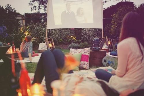 Noche de película en el jardín
