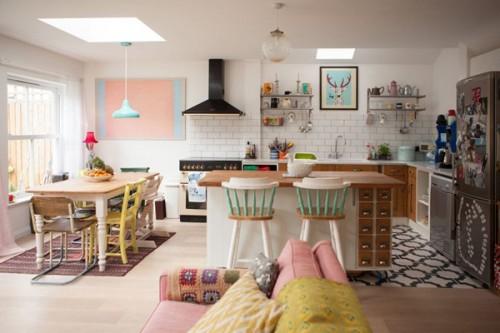 Una casa con muchos objetos y colores pasteles